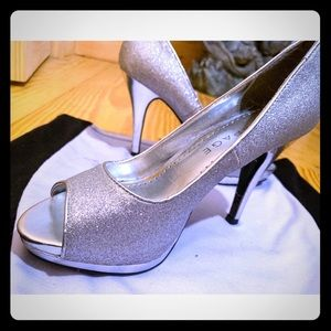 Women's heel silver pump